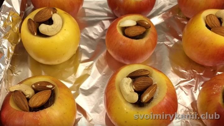 выкладываем в углубления в яблоках изюм, орешки.