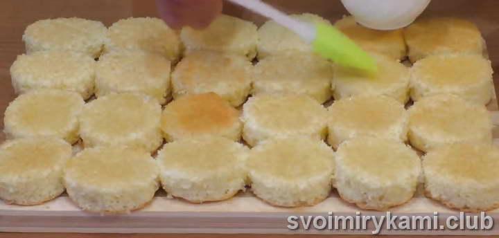 Каждый кружочек из бисквита смазываем сиропом
