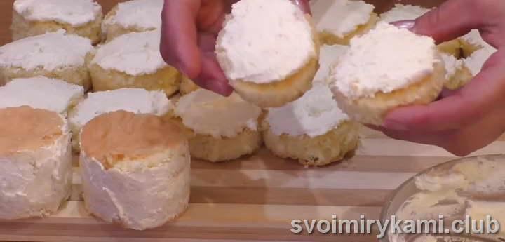 Верхушку и бока пирожных смазываем кремом