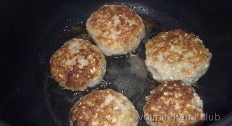 Для приготовления блюда обжарьте тефтели