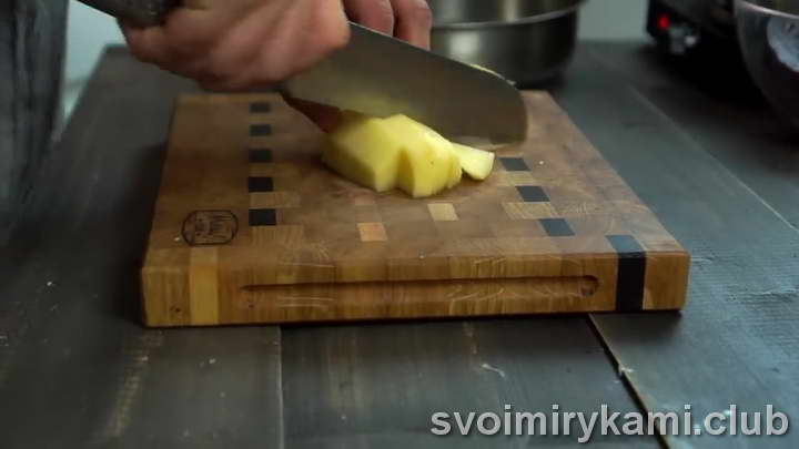 Крупно нарезаем картофель
