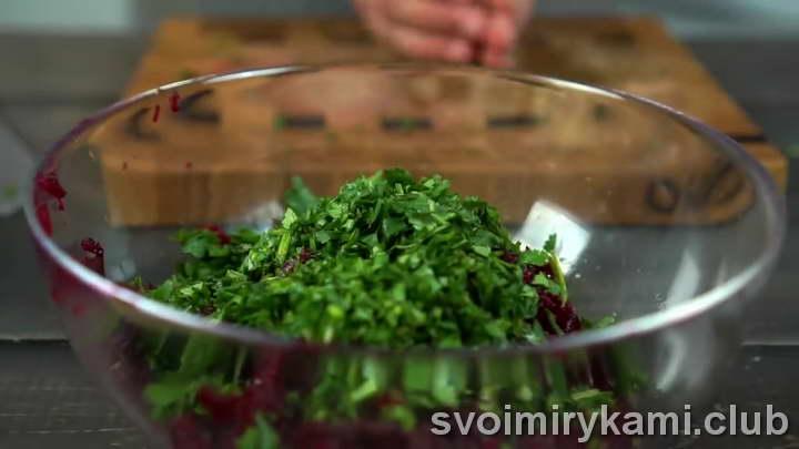 Добавляем специи, мелко нарезанную зелень к свекле