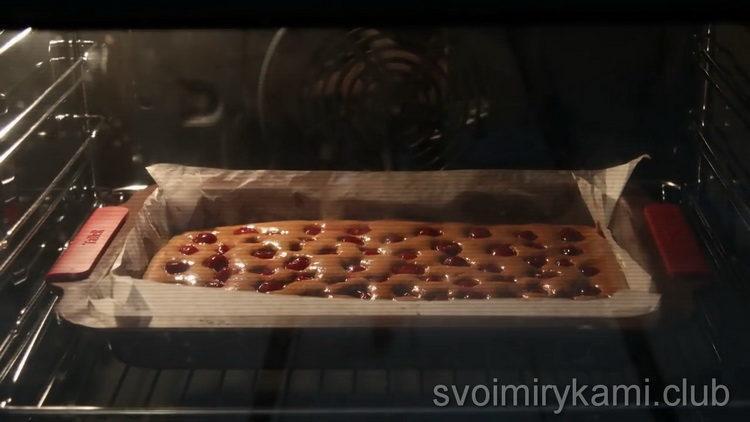 Для приготовления торта разогрейте духовку
