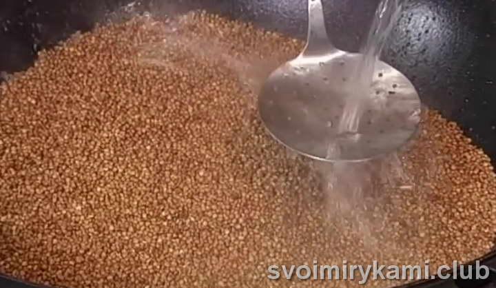 Добавляем соль по вкусу и вливаем воды