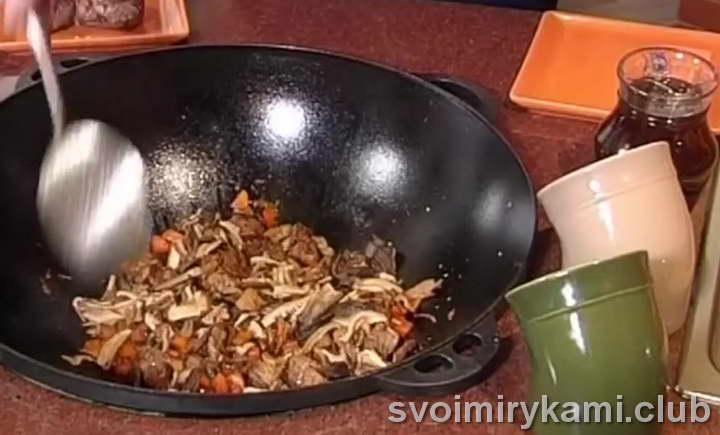 Добавляем грибы в казан к остальным ингредиентам
