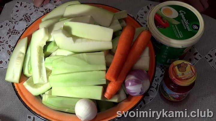 очищаем кабачки, морковку и лук