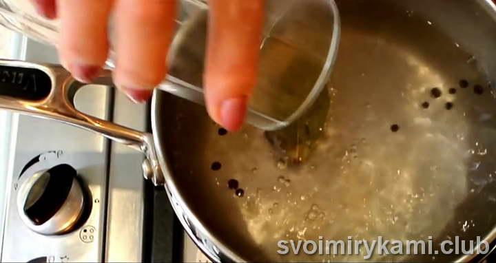 вливаем в воду уксус и выкладываем грибы