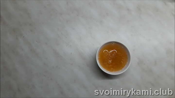 насыпьте в небольшую глубокую тарелочку 20 г желатина и залейте его