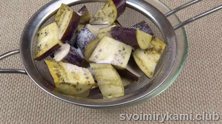Очищаем у баклажан плодоножки и нарезаем их крупными квадратиками