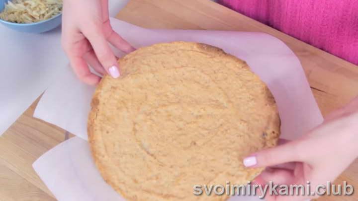 Блюдо, на котором вы будете формировать торт, застелите небольшими квадратами пергаментной бумаги