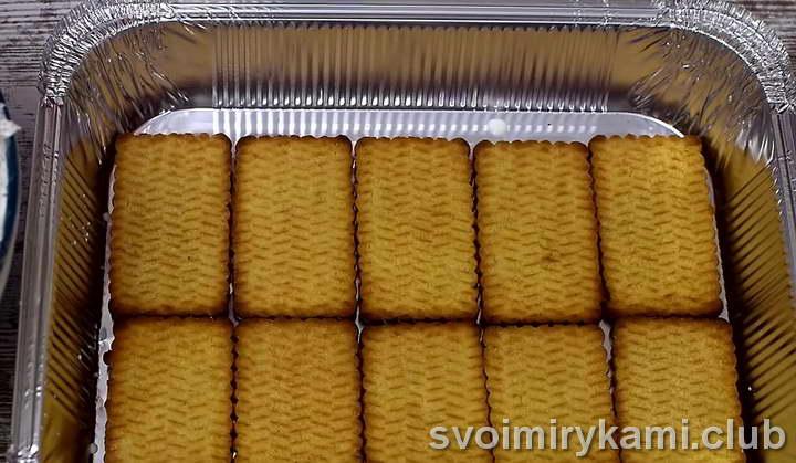 печенье выкладываем первым слоем в форму для выпекания