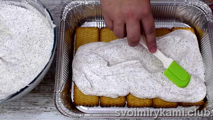 На печенье выкладываем слой мороженого