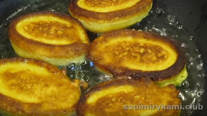 Жарим оладьи из тыквы и яблок на растительном масле.