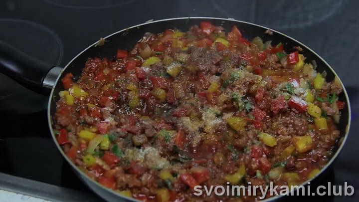 Добавляем болгарский перец и соль по вкусу