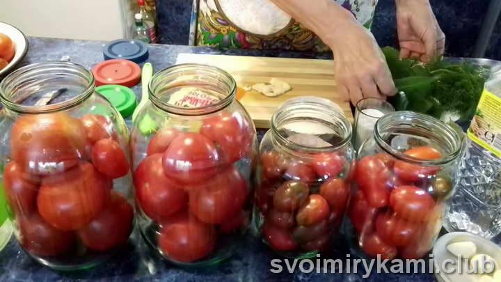 Подготовленные помидоры выкладываем в банку