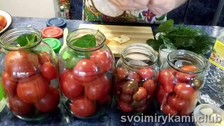 отправляем в банку с помидорами 3 листа вишни