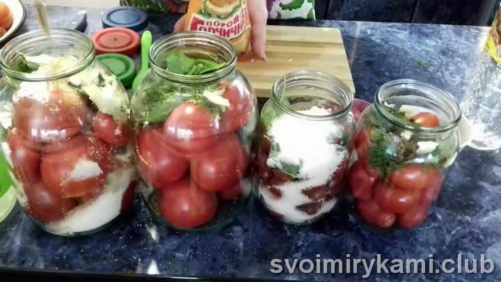 Вливаем к помидорам 50 мл уксуса