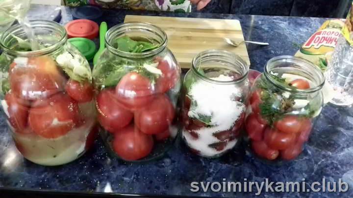 Заливаем помидоры примерно 1 л воды