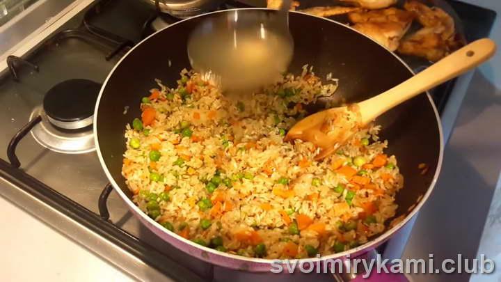 В сковороду с рисом и овощами вливаем 1,5 стакана бульона