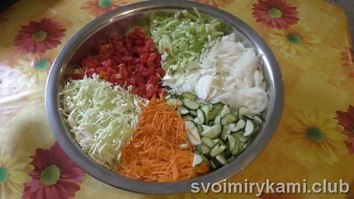 добавить в салат укроп, чеснок, перец горошком