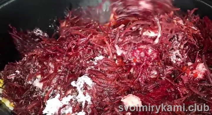 выложите в казан натертую свеклу, томатное пюре и измельченный острый перец