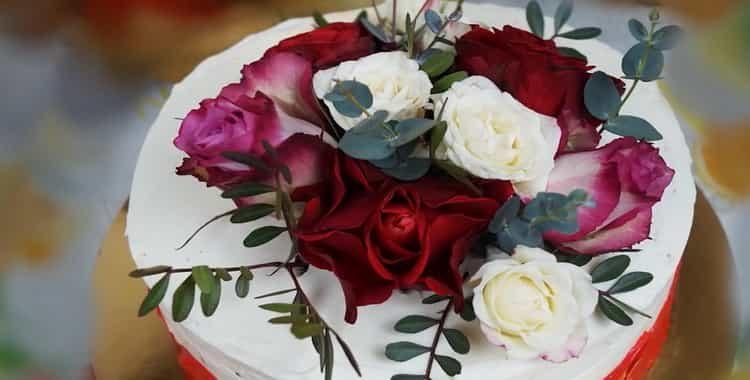 Красивый торт «Красный бархат» на День Матери 