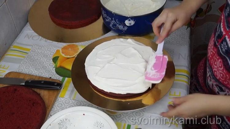 Для приготовления торта смажьте коржи
