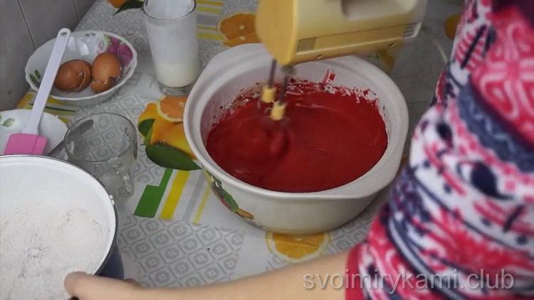 Для приготовления торта смешайте ингредиенты
