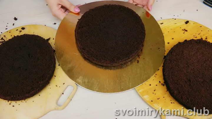 нарезаем бисквит на три части