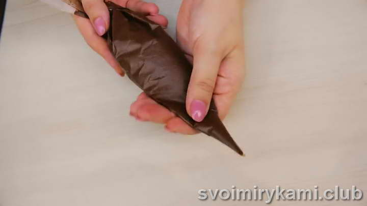 Сливки ставим на огонь и добавляем кусочки шоколада