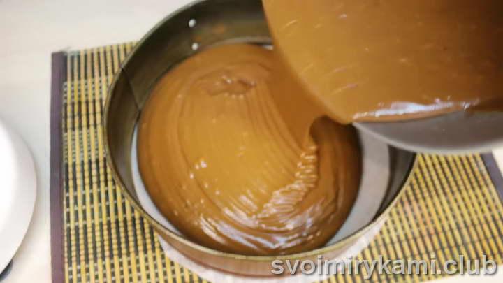 Отправляем печься бисквит в разогретую духовку на 45-50 минут