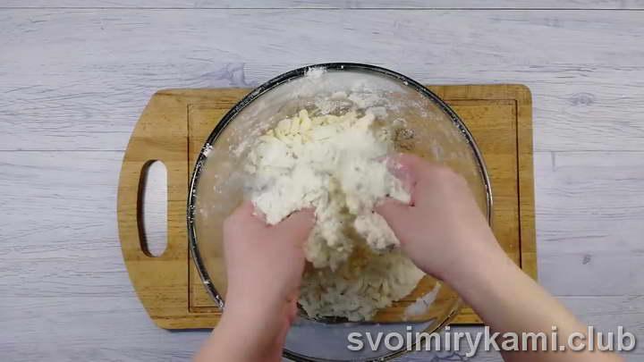перетираем все ингредиенты в песочную крошку