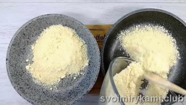 Распределяем на две сковороды равное количество крошки