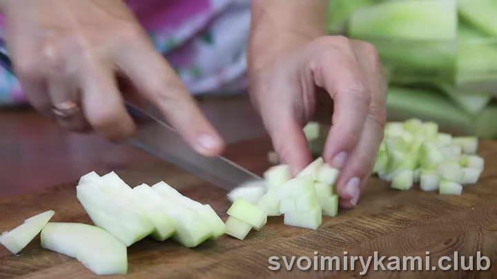 нарезаем кабачки мелкими кубиками