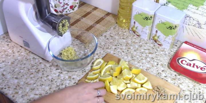 Режем на небольшие кусочки 2 лимона вместе с кожурой