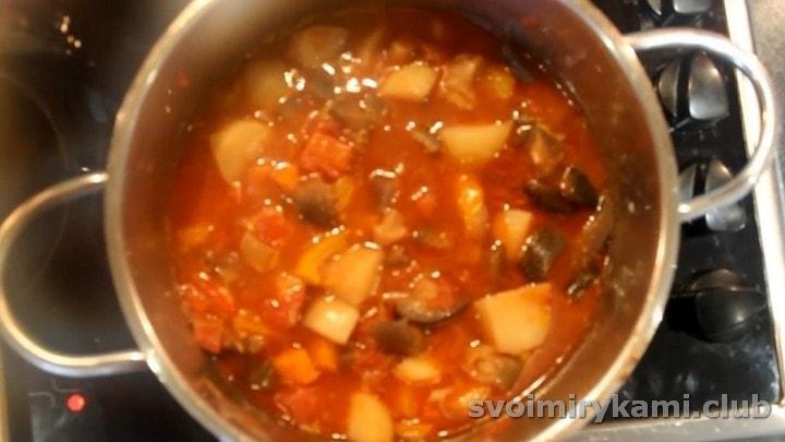 Тушим блюдо до готовности картофеля.