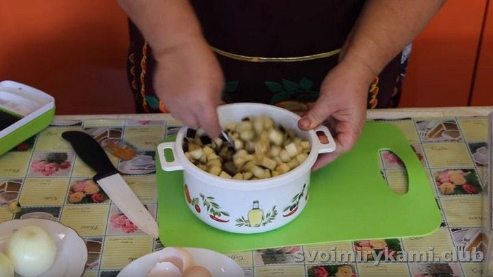 Перемешиваем баклажаны с яичной массой.