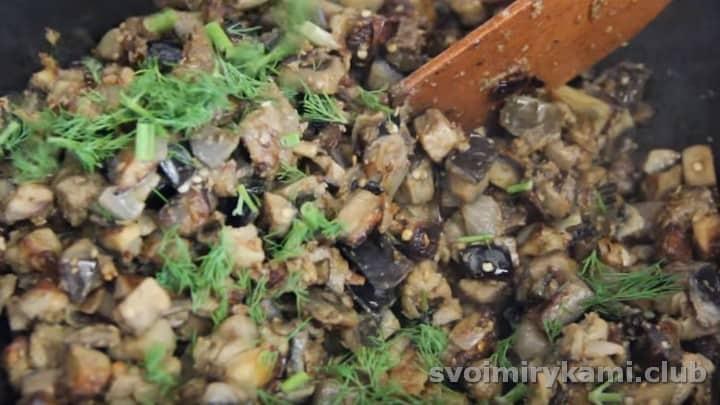 Под конец приготовления добавляем измельченную зелень.