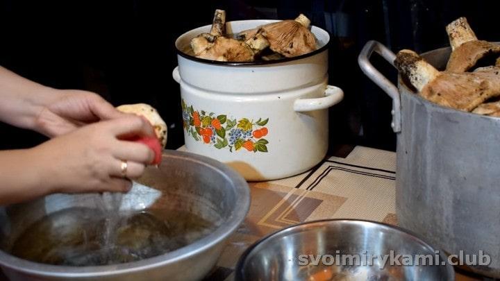 жесткой стороной кухонной губки очищаем каждый гриб.