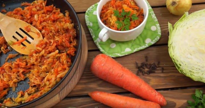 Как тушить капусту 🥝 на сковороде — простой рецепт