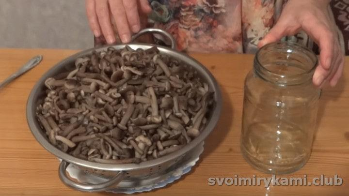 Отваренные грибы откидываем на дуршлаг.