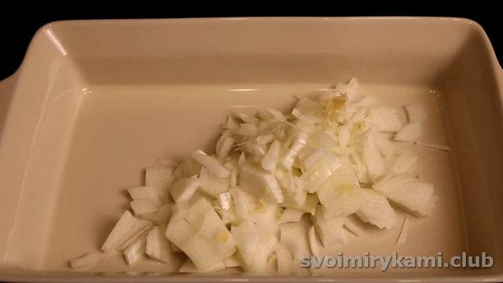 Нарезаем лук и выкладываем его в форму для запекания.