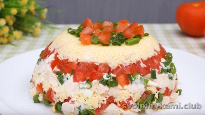 Готовый салат Минутка можно украсить помидорами и зеленым луком.