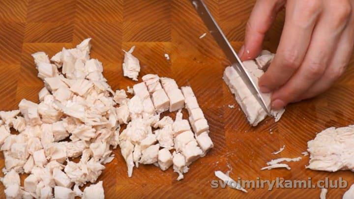 нарезаем мелким кубиком отварное куриное филе.