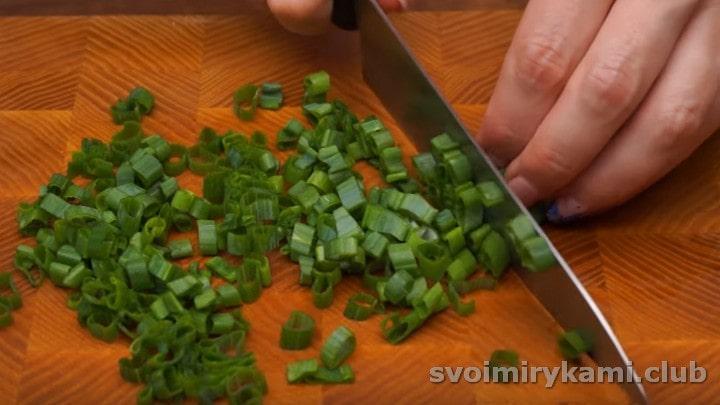 мелко крошим свежий зеленый лук.