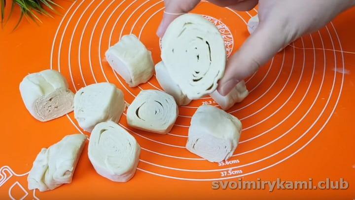 нарезаем тесто для самсы на порции и можем приступать к формированию выпечки.