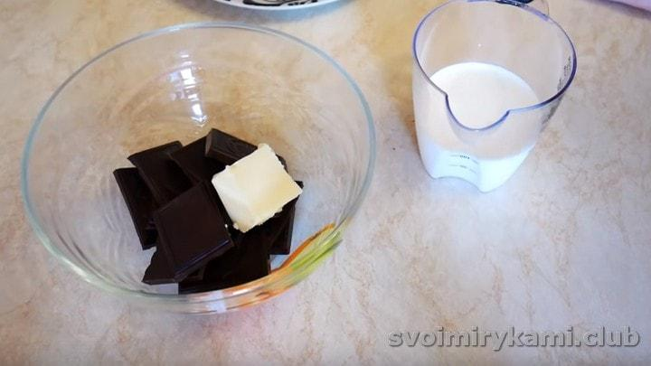 Топим шоколад с маслом, подогреваем сливки.