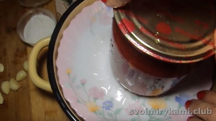 Выложенные слоями грибы накрываем тарелкой и ставим под гнет.