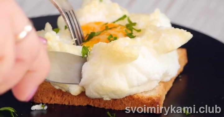 Подавать яйца Орсини на тостах из овсяного хлеба