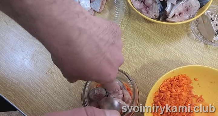 выкладываем поочередно скумбрию и морковку